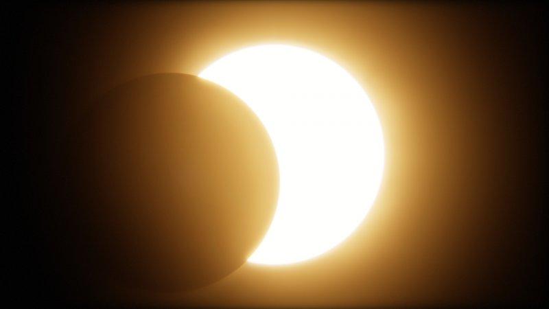 https://assets.roar.media/Bangla-News/2018/02/Total-solar-eclipse.jpg