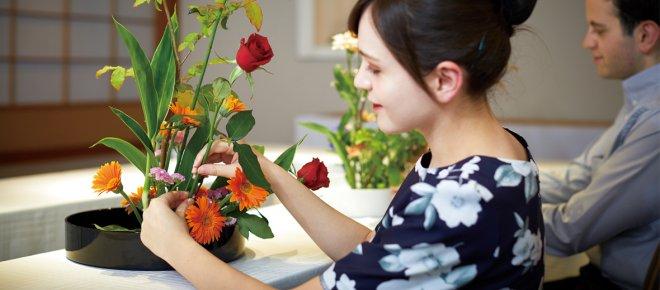 https://assets.roar.media/Hindi/2017/11/Ikebana-Japanese-Art-of-Arranging-Flowers-As-A-Home-Decor2.jpeg