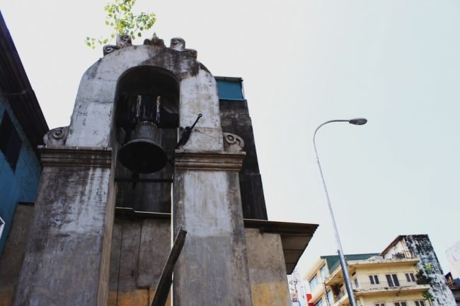 The small bell tower lies at the intersection of 4th Cross Street and Main Street, Pettah. Image courtesy writer