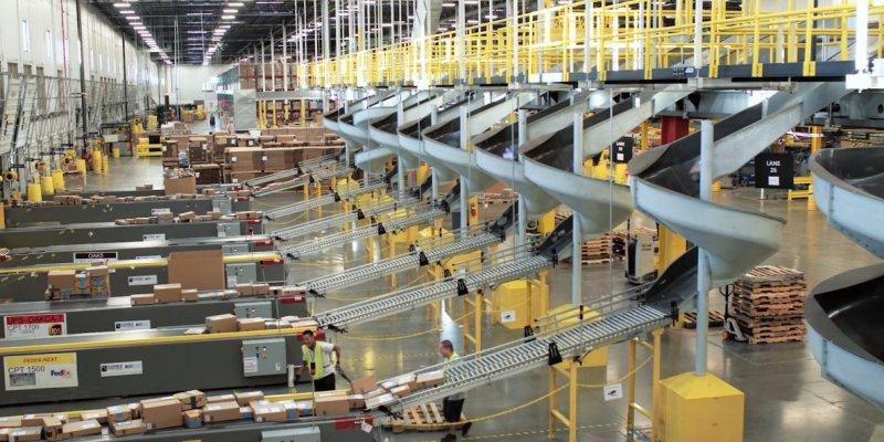 https://assets.roar.media/Sinhala/2017/06/we-went-inside-an-amazon-warehouse-on-cyber-monday.jpg