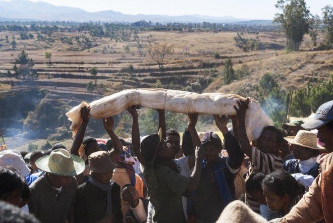 https://assets.roar.media/assets/4MDMlAD6ufv8xRLl_Madagascar-Famadihana-Raise-the-Body.jpg