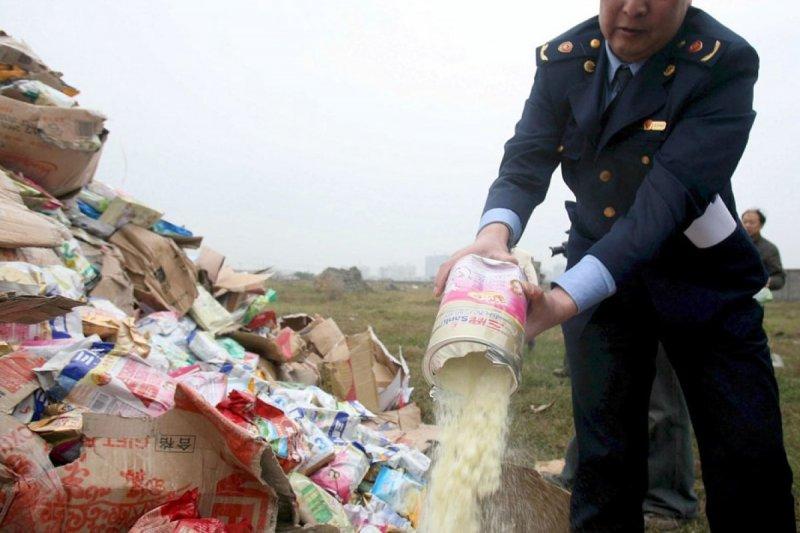 https://assets.roar.media/assets/NVab3HIEmUg91t8l_china_milk_powder_chn01_8243285.jpg