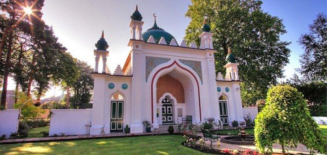 https://assets.roar.media/assets/OvQVtzLJ9sqtB2V6_shah-jahan-mosque-gallery_0.jpg
