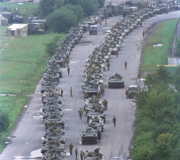 অভ্যুত্থানের উদ্দেশ্যে শত শত ট্যাঙ্ক নিয়ে রাস্তায় নামে সামরিক বাহিনী; image source: themoscowtimes.com