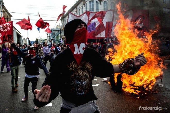 https://assets.roar.media/assets/UJ29aM3qe4I6FtgO_valparaiso-may-21-2016-demonstrators-shout-420535.jpg