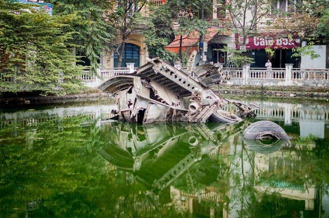 https://assets.roar.media/assets/aBBEVVqS5Orl79Co_1280px-Wreckage_of_B52_bomber%2C_downtown_Hanoi%2C_Vietnam.jpg