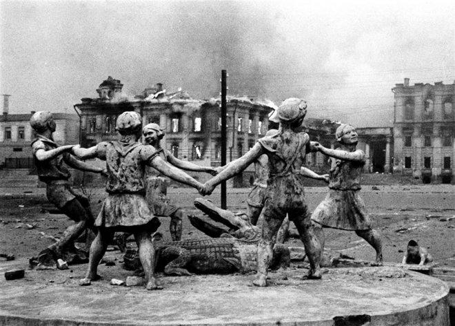https://assets.roar.media/assets/ueApV4zUSLTJqoDh_Statue-in-the-center-of-Stalingrad-after-Nazi-air-strikes%2C-1942.jpg