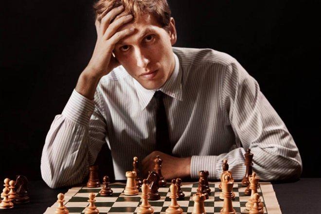 https://assets.roar.media/assets/y6PxE0L2UkQETR3Q_bobby-fischer-over-chess-board.jpg